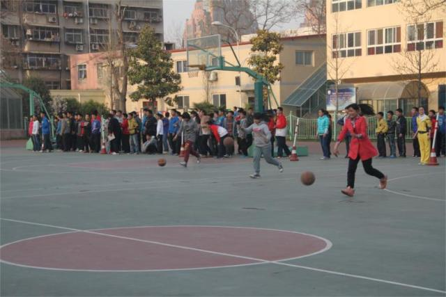 初一年级篮球运球接力赛和拔河比赛拉开郑州16中体育